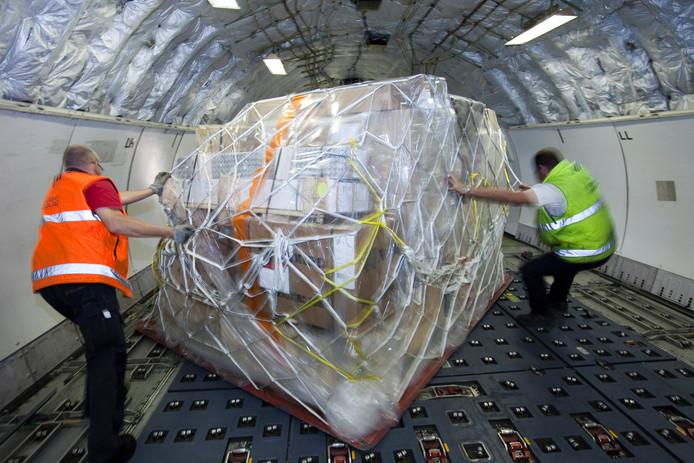 Afhandeling en beladen van Martinair vrachtvliegtuig. Een vrachtpalet wordt in het vliegtuig op zijn plaats geschoven.