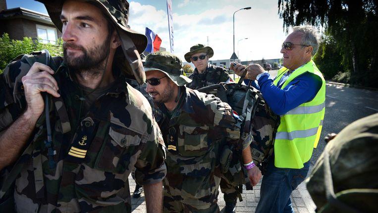 Een mobiel team controleert of de bepakking van in de Vierdaagse meelopende militairen zwaar genoeg is. Beeld Marcel van den Bergh / de Volkskrant