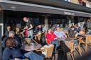 Het terras van Bruijn Cafe vorig voorjaar. Zo zal het nu in elk geval niet kunnen.