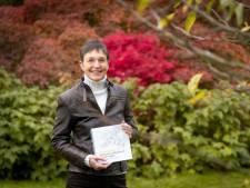 July Leesberg legt met bloeikalender de schoonheid van het Arboretum vast