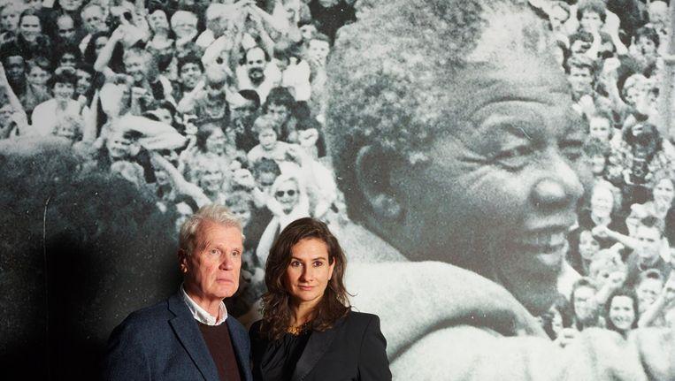 Adriaan van Dis en Martine Gosselink, samenstellers van de expositie. Achter hen de foto van Nelson Mandela die in 1990 wordt toegejuicht op het Leidseplein Beeld Henk Wildschut