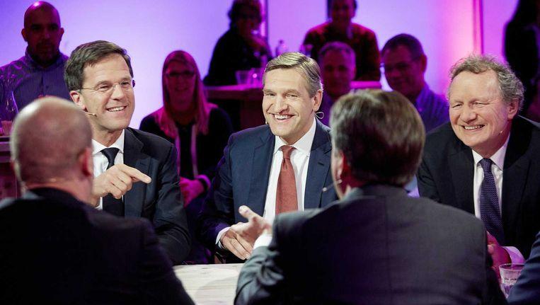 Fractieleiders Diederik Samsom (PvdA, op de rug), premier Mark Rutte, Sybrand Buma (CDA), en Alexander Pechtold (D66, op de rug) en Bram van Ojik (GroenLinks) tijdens het uitslagendebat van de NOS in cafe Dudok in Den Haag. Beeld anp