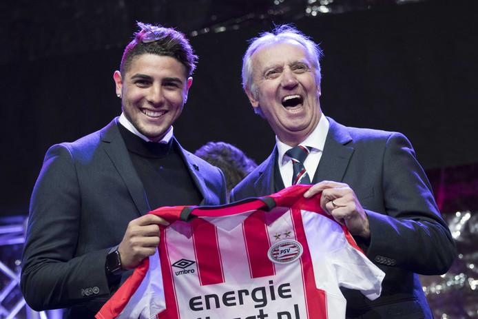 Romero bij zijn presentatie voor PSV met clubicoon Willy van der Kuijlen.