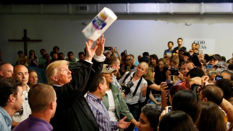 Donald Trumps rol in de hulpverlening op Puerto Rico: het uitdelen van rollen keukenpapier.