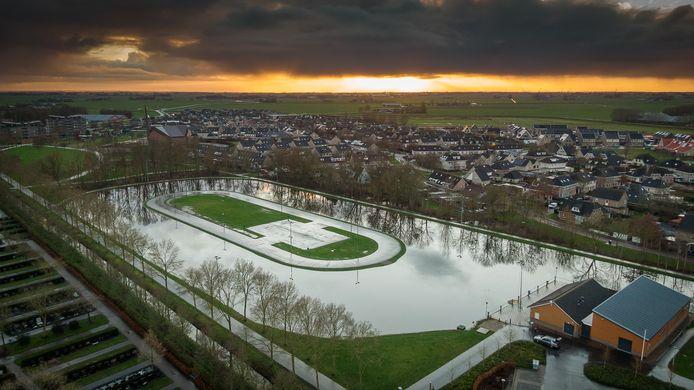 """Als het gaat vriezen, dan is de ijsbaan in Genemuiden er klaar voor. ,,De watertemperatuur is al aardig gedaald"""", geeft bestuurslid Marco van Lente aan."""