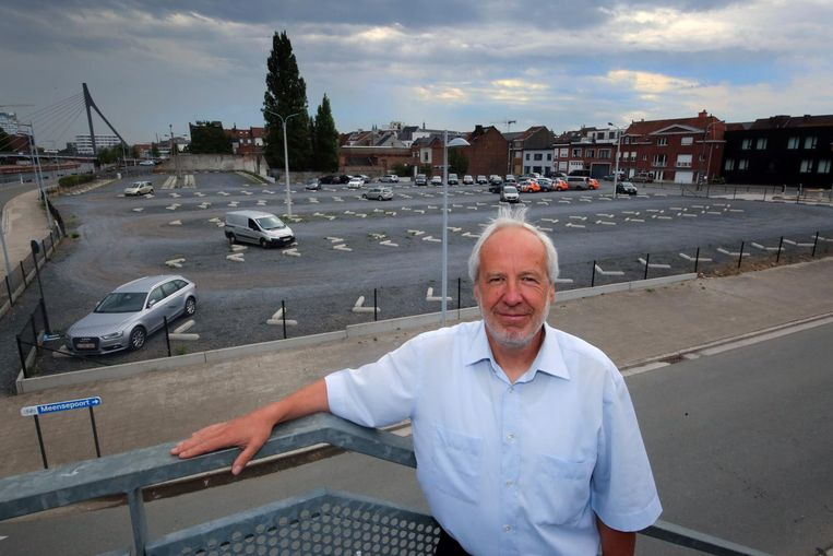 Howest-directeur Lode De Geyter met zicht op het bouwterrein, waar nu nog de tijdelijke parking Haven is.