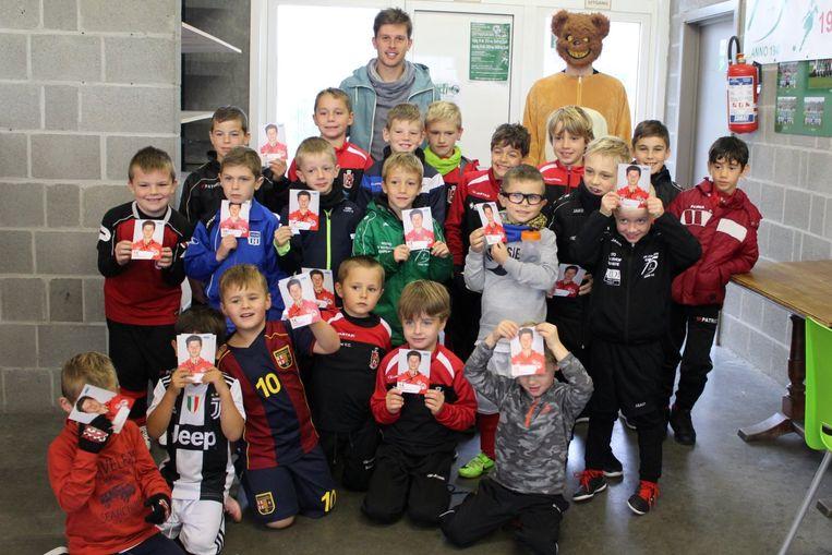 De deelnemertjes aan de Halloween Foot Week kregen bezoek van Kortrijkspeler Hannes Van Der Bruggen.