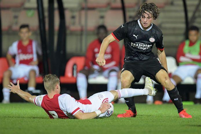 Mees Kreekels knokt zich leeg in het duel met Jong Ajax.