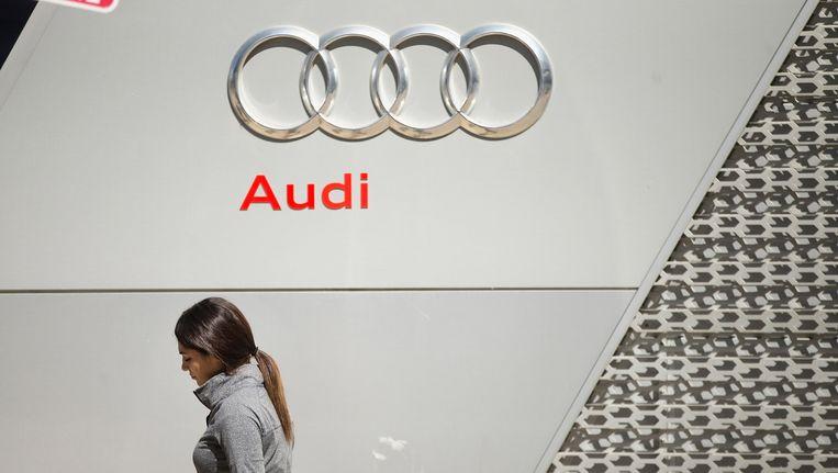Een vrouw loopt bij een Audi-dealer in Chicago. Beeld getty