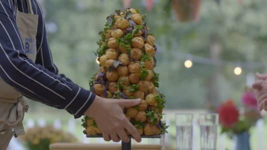 Beeld uit aflevering Heel Holland Bakt: Maroeska's soezentaart.