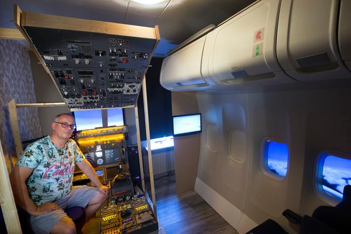 Theodoor Janzen heeft in huis een cockpit van een vliegtuig nagemaakt.