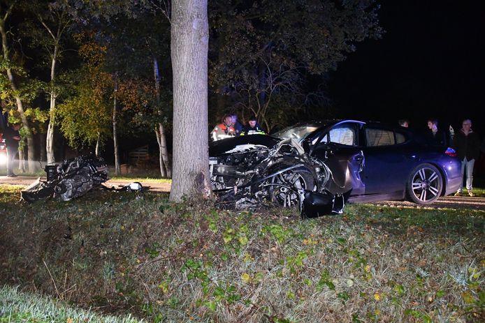 Door de klap tegen de boom werd het motorblok van de Porsche uit de auto geslingerd.