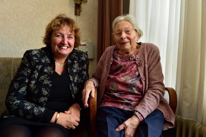 Burgemeester Liesbeth Spies op de bank bij de 100-jarige Dit Ravensberg-van Tol.