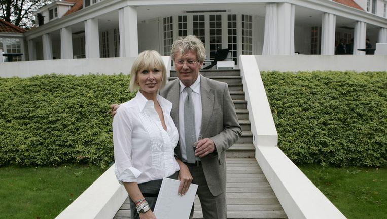 Jan des Bouvrie met zijn partner Monique voor hun huis in Naarden. Foto ANP Beeld