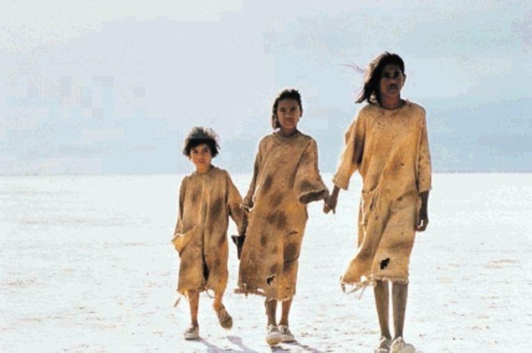 Een beeld uit de film 'Rabbit Proof Fence' (2002), die Australië ' net als 'Verlangen' ' confronteert met het feit dat kinderen (tot diep in de twintigste eeuw) bij Aboriginal-ouders werden weggehaald om hen 'te beschaven'. (Trouw) Beeld