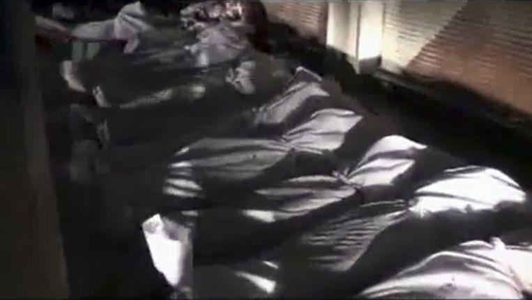 Lijken in Douma, op een still van een video die gisteren gepubliceerd zou zijn. Beeld ap