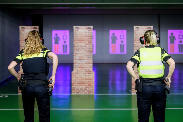 Politieagenten leggen de halfjaarlijkse schiettoets af in Zutphen.