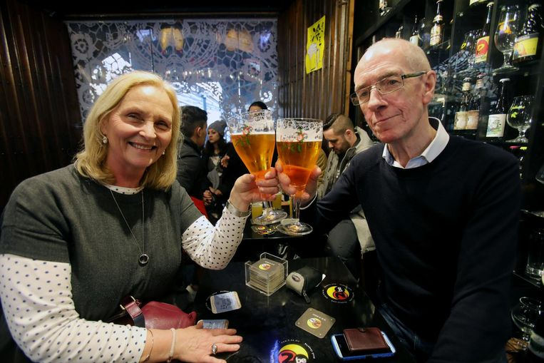 Twee Ierse toeristen drinken een Brugse Zot in The Beerwall.