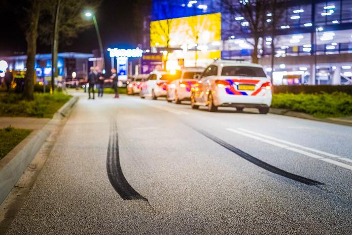 Slipsporen op de weg vlakbij de plek waar twee auto's botsten in Son.