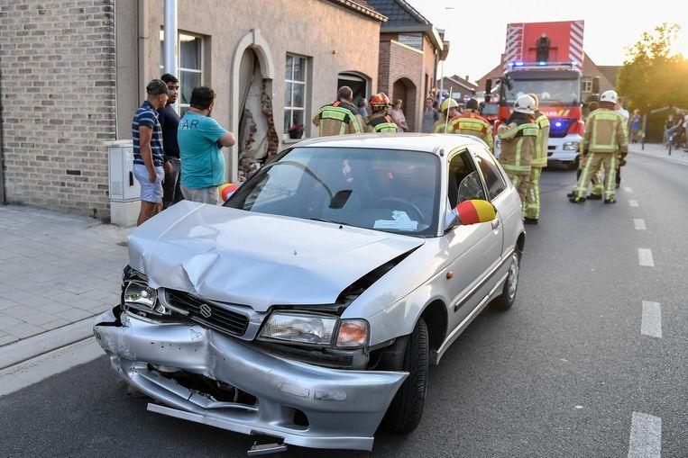 De bestuurder van de wagen, duidelijk fan van onze nationale ploeg, verloor de controle in de bocht en knalde tegen de voordeur.
