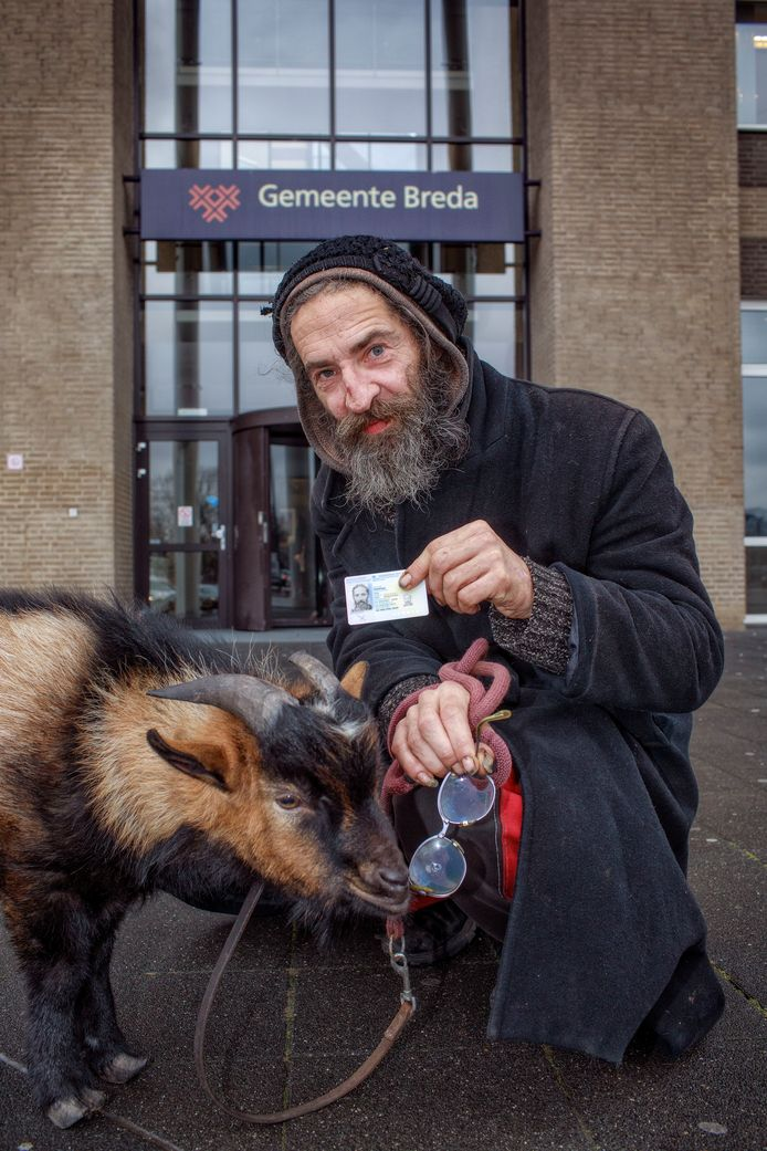 Rigo nam zijn bok Mikey mee naar 'grensgemeente' Breda, waar een identiteitskaart voor hem klaar lag.