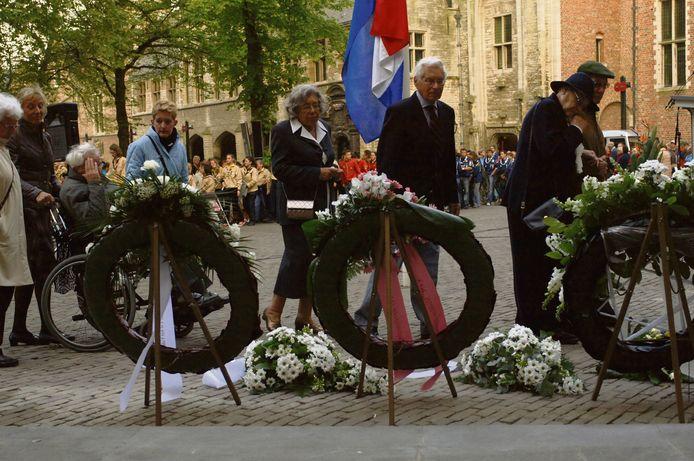 Bij de dodenherdenking op het Abdijplein wordt ook door de Duitse consul een krans gelegd.