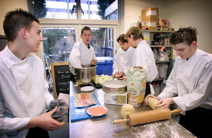 Jongeren met een beperking aan het werk in de bakkerij van hotel Philadelphia