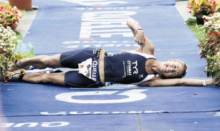 Yvonne van Vlerken is haar wereldrecord op de hele triatlon kwijt. Chrissie Wellington, op de foto gaat ze rollend over de finish, loste de atlete uit Krimpen aan de Lek in de Duitse plaats Roth af. De Britse volbracht de klassieke afstand (3,8 km zwemmen, 180 km fietsen en 42 km lopen) in iets meer dan achtenhalf uur: 8.31.59. Van Vlerken noteerde vorig jaar op hetzelfde parcours 8.45.48. (FOTO EPA) Beeld