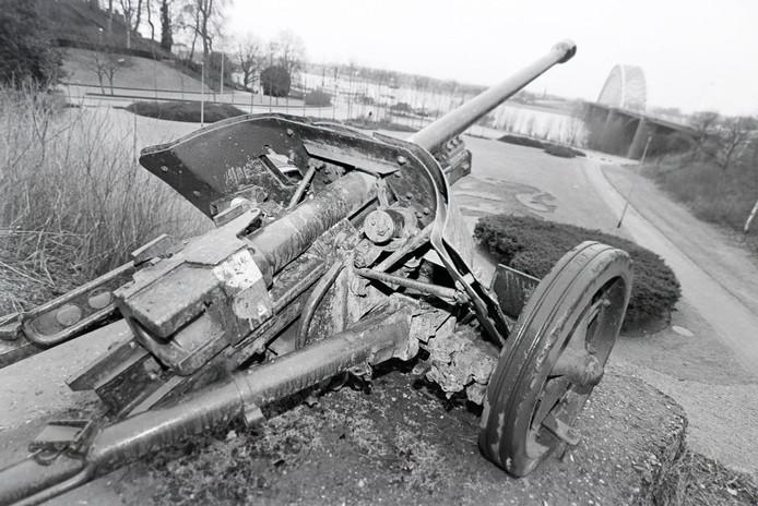 Een foto van het Duitse kanon bij Belvédère genomen in 1996, in Nijmegen.