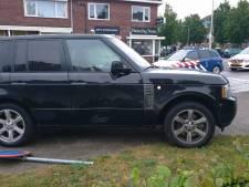 Twee auto's botsen op elkaar in Enschede