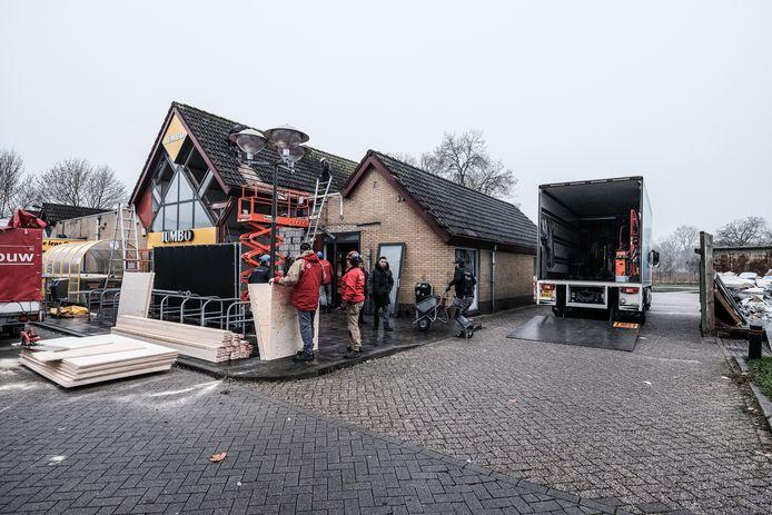 De gevel van supermarkt Jumbo in Westervoort ligt aan diggelen na de plofkraak. Een bouwbedrijf stut het pand.