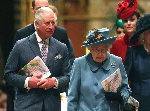 Prins Charles testte positief op corona.