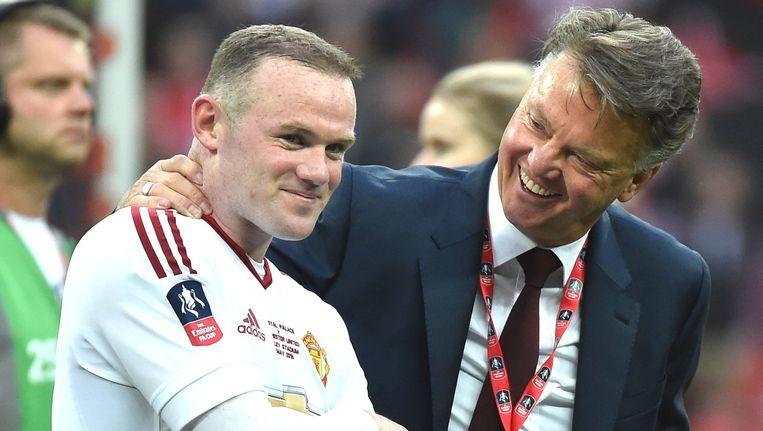 Van Gaal viert het winnen van de FA Cup met captain Wayne Rooney.