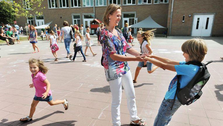 Moeder haalt haar zoon af van school. Beeld Guus Dubbelman / de Volkskrant