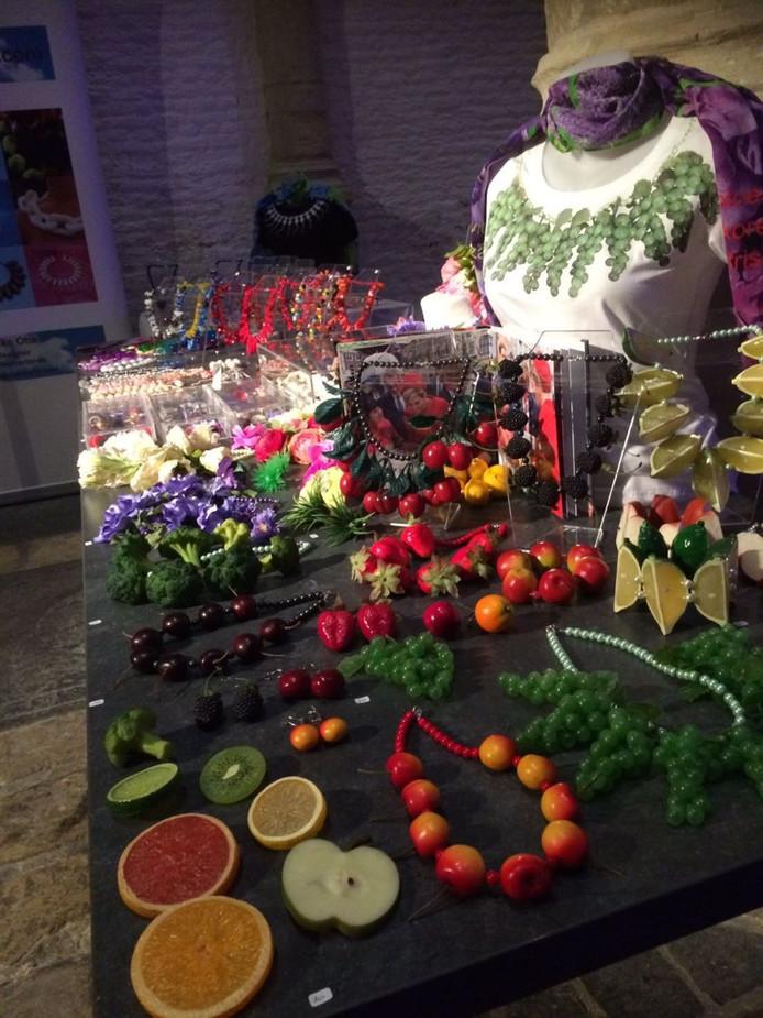 Geen mode zonder accessoires, voor de sieraden van de Goese ontwerpster en kunstenaar Ineke Otte was dan een tafel ingeruimd.