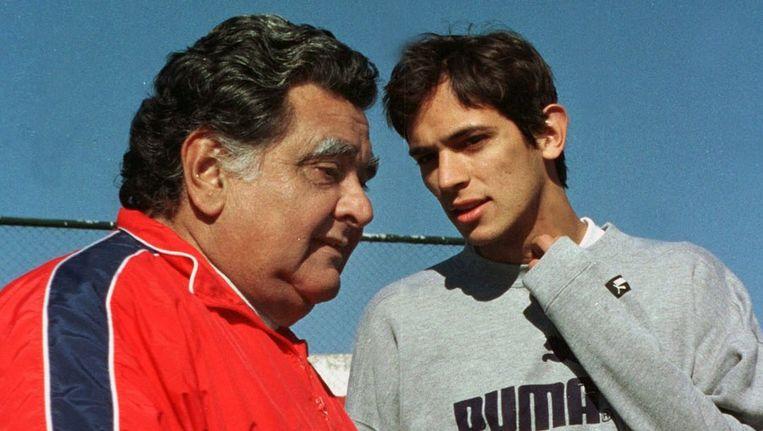Luis Cubilla in 2000 als bobdscoach van het Paraguyaanse team in gesprek met Roque Santa Cruz. Beeld afp