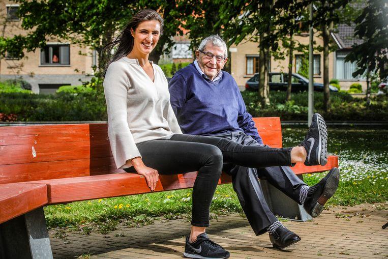 Sportinstructrice Delphine Steelandt schakelde voor haar nieuwe boek haar grootvader in, die de turnoefeningen voordoet.
