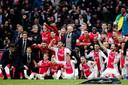 De Ajax-selectie na de winst van afgelopen zondag, met Erik ten Hag als stralend middelpunt.