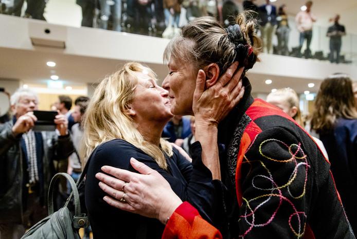 Marjan Minnesma (rechts) wordt gefeliciteerd met het arrest van de Hoge Raad. De Nederlandse overheid móet meer maatregelen nemen om de uitstoot van broeikasgassen terug tet dringen.