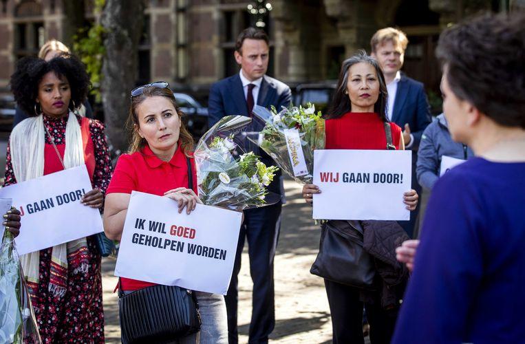 Staatssecretaris Alexandra van Huffelen van financiën in gesprek met gedupeerde ouders van de toeslagenaffaire op het Plein, voorafgaand aan het debat over de zaak in de Tweede Kamer.  Beeld ANP