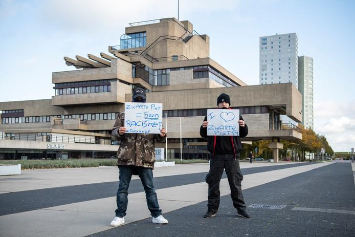 Demonstranten tegen Roetveegpiet bij het stadhuis van Terneuzen.