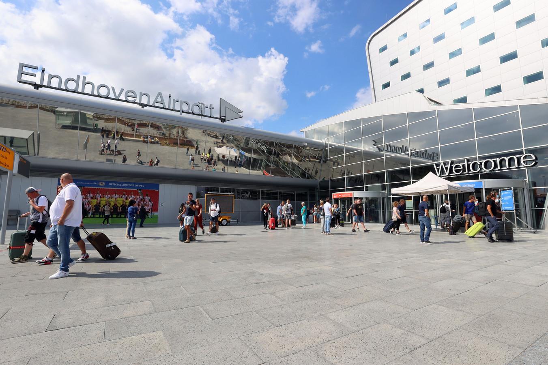 Alleen reizigers mogen de aankomst- en vertrekhal op Eindhoven Airport binnen.