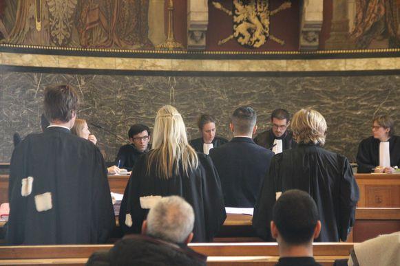 Twee broers moeten zich in de rechtbank verantwoorden voor een reeks aanslagen met granaten.
