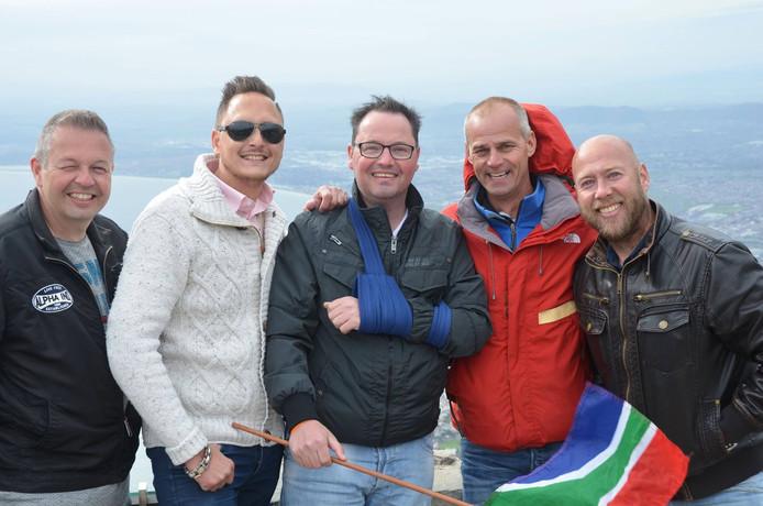 Hanno Bos (midden) met zijn vrienden in Kaapstad.
