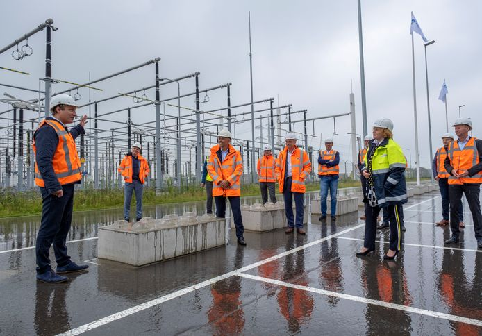 Vincent Hassfeld van TenneT geeft uitleg bij het nieuwe hoogspanningsstation in Rilland. Dinsdag tekende TenneT de contracten voor de bouw van de 380KV lijn van Borssele naar Rilland.