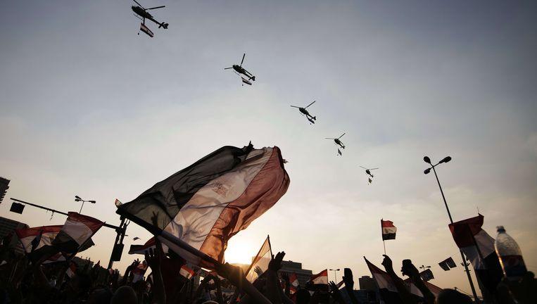 Helicopters boven het Tahrirplein in Caïro gisteren. Beeld afp