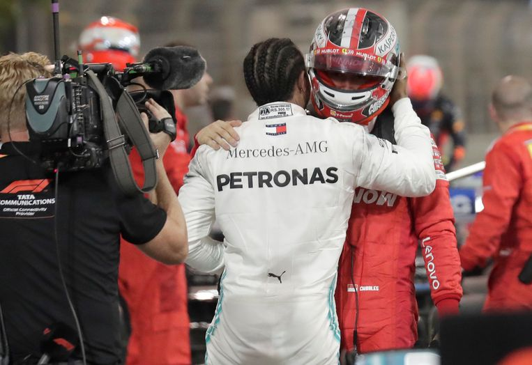 Lewis Hamilton, winnaar van de race in Bahrein, spreekt pechvogel Charles Leclerc toe. Beeld AP