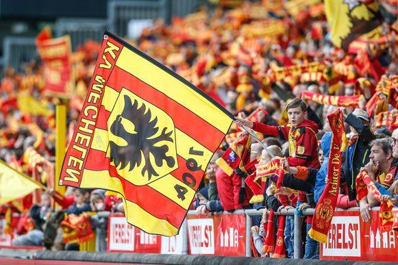 Foto's uit de oude doos: supporters moedigen KV Mechelen aan. Deze zondag speelt Malinwa echter voor lege tribunes.
