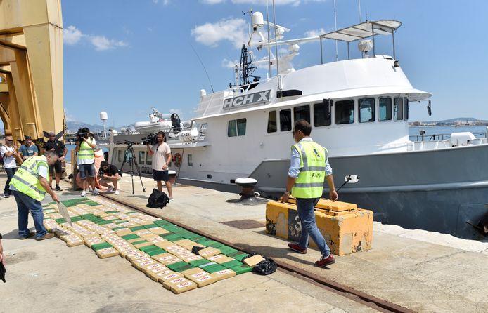 Spaanse douaniers in de haven van Palma de Malllorca met de lading cocaïne die ze vonden in het ruim van het motorjacht HCH-X.