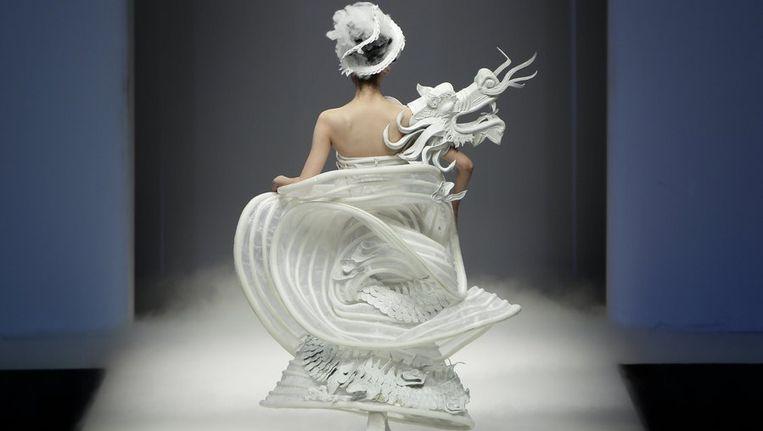 Een creatie van Xu Ming tijdens de China Fashion Week, Beeld Reuters